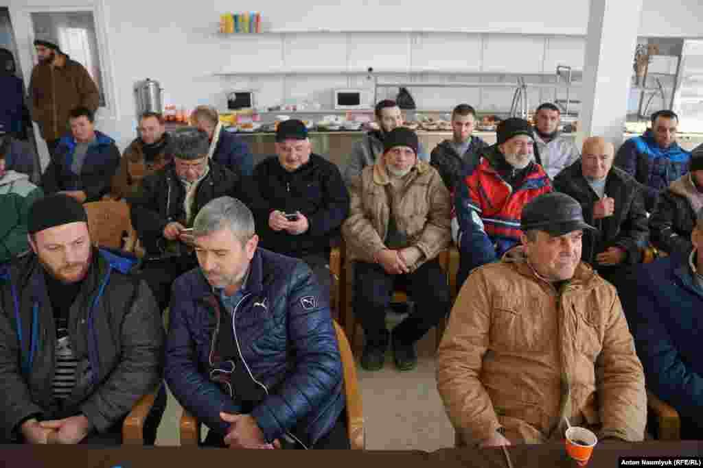 Заседание «Крымской солидарности» проходит в конце каждого месяца. На сборы приезжают крымские татары со всего Крыма, чтобы обсудить последние судебные процессы над политзаключенными