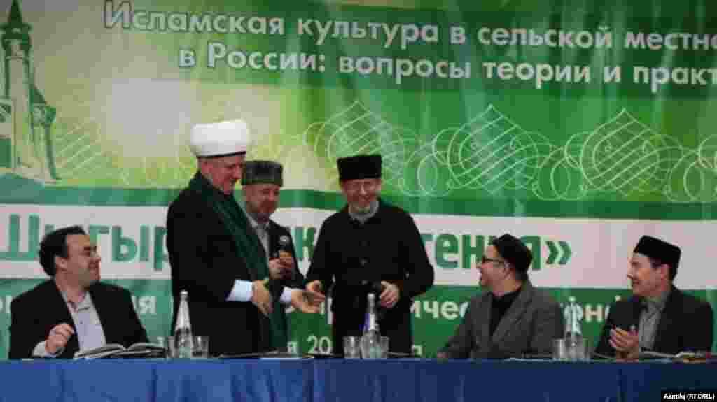 Танылган татар галиме Дамир Исхаковка мөфтият һәм мохтарият исеменнән татар бүреге бүләк ителде