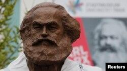 Бронзовый памятник Карлу Марксу в Трире, Германия. 13 апреля 2018 года.