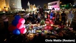 На месте стрельбы по посетителям концерта в Лас-Вегасе, 4 октября 2017 года