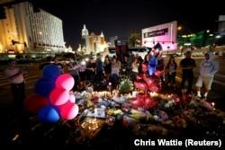Временный мемориал памяти жертв стрельбы в Лас-Вегасе