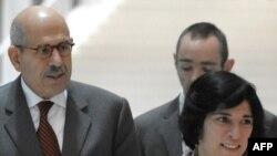 محمد البرادعی (چپ)، مدیرکل آژانس انرژی اتمی، به همراه فلورانس مارژین (راست)، نماینده فرانسه در آژانس