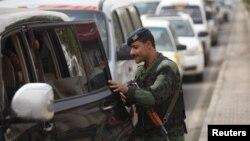 Йеменский полицейский осматривает автомобиль на выезде из Саны. Иллюстративное фото.
