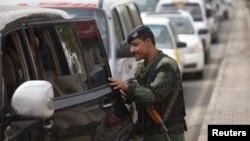 Forcat e armatosura të Jemenit kontrollojnë veturat që shkojnë drejt aeroportit të Sanaa.
