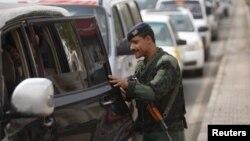 Йеменде полицей автокөліктерді тексеріп тұр. Сана, 6 тамыз 2013 жыл. (Көрнекі сурет)