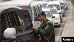 Поліцейський перевіряє автомобіль на пропускному пункті на дорозі, що веде до міжнародного аеропорту Сани, 6 серпня 2013 року