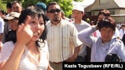 Думан-1 ықшамауданының тұрғындары наразылық жиынында. Алматы, 2 мамыр 2011 жыл