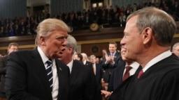 Presidenti Donald Trump dhe gjykatësi John Roberts
