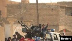 Ирачките безбедносни сили во Хамам ал Алил,јужно од Мосул