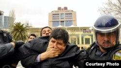 Ata Abdullayev adlı mülkigeyimli şəxs müxalifətin aksiyalarında etirazçıları saxlayır