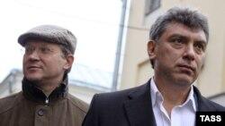 Россия мухолифати лидерлари Владимир Рижков (ч) ва Борис Немцов (ў).