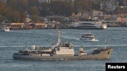 """Российское разведывательное судно """"Лиман"""" проходит через Босфор."""
