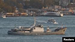 Российское разведывательное судно «Лиман» проходит через Босфор (архивное фото)