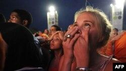Болельщики в Амстердаме наблюдали за проигрышем своей команды на большом экране