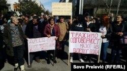 Ženama koje protestuju zbog smanjenja doživotnih naknada za majke sa troje i više djece Marković preporučio da idu kući
