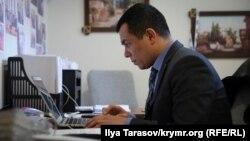 Advokat Emil Kurbedinov advokatlar ofisinde, 2019 senesi yanvarniñ 10-u