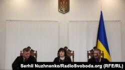 Суддя Маргарита Васильєва (у центрі) головує на засіданні з розгляду апеляцій на запобіжні заходи ексберкутівцям, Київський апеляційний суд, 27 грудня 2019 року