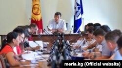 Мэр Бишкека Азиз Суракматов (в центре) на совещании мэрии. Архивное фото.