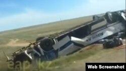 Рейсовый автобус, опрокинувшийся на трассе в Актюбинской области Казахстана.