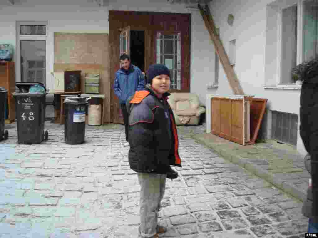 11-летний Елеугали, сын казахского беженца Самата Нургалиева, во дворе общежития благотворительного общества. - 11-летний Елеугали, сын казахского беженца Самата Нургалиева, во дворе общежития благотворительного общества. Брно, 1 февраля 2009 года.