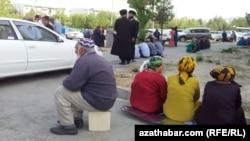 Saud Arabystanynyň Aşgabatdaky ilçihanasynyň öňünde wiza almak üçin nobata duran ýaşaýjylar.