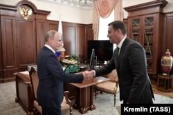Wladimir Putin hem Nikolaý Patruşewiň ogly Dmitriý, Kremlde. 2019-njy ýylyň 11-nji sentýabry.