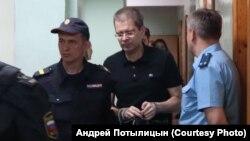 Евгений Гурьев (в центре)