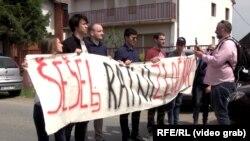 """Qytetarët kanë protestuar kundër Sheshelit, duke mbajtur në duar parulla me mbishkrimin """"Shesheli është kriminel lufte"""""""