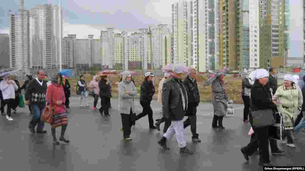Активисты движения «ипотечников» идут по улице столицы Казахстана к месту намечаемой акции протеста. Астана, 22 мая 2013 года.