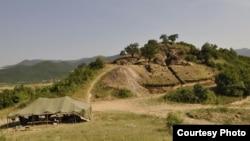 Представители общественного комитета по спасению Сакдриси разбили возле рудника палатки и ждут визита экспертов, которые должны раз и навсегда прояснить, стоит ли сохранять рудник в первозданном виде
