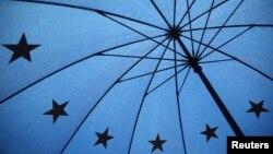 Një çadër me simbolet e Bashkimit Evropian