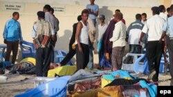 Тела погибших от рук террористов в пляжном ресторане в Могадишо. Сомали, 22 января 2016 года.
