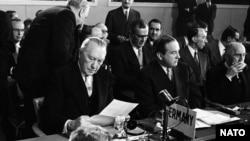 Канцлер ФРГ Конрад Аденауэр подписывает документ о вступлении ФРГ в НАТО. 6 мая 1955 г
