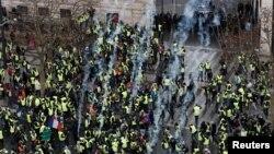 Полиция применяет слезоточивый газ. Париж, 8 декабря 2018 года.