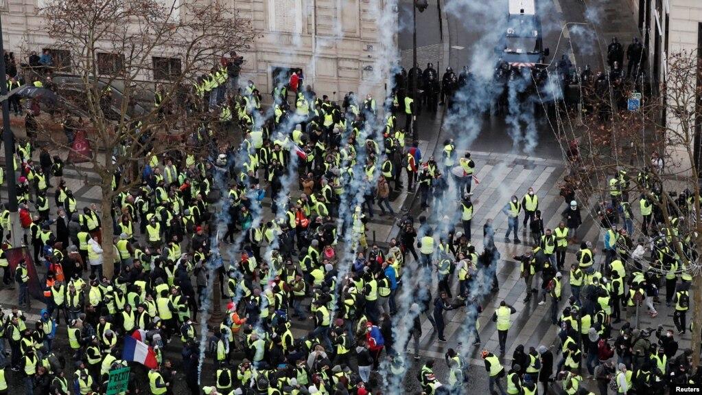 В Париже начались столкновения, задержаны более 500 человек