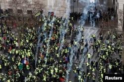 """Столкновения """"желтых жилетов"""" с полицией"""