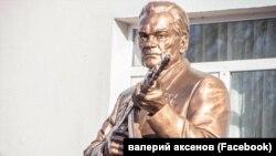 Бюст Михаила Калашникова на территории общеобразовательной школы №26 в Симферополе