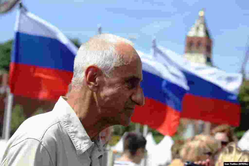 Сто дней после убийства Бориса Немцова. Гражданский активист Владимир Ионов. Большой Москворецкий мост, 7 июня 2015 года.