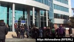 Горожане у здания акимата Талдыкоргана. Иллюстративное фото.