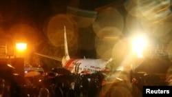 """طیارۀ مسافربری شرکت هوایی """"ایرایندیا اکسپرس"""" هنگام فرود بر خط نشست درمیدان هوایی کالیکوت، ایالت کرالا به روز جمعه دچار حادثه شد."""