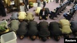 Члены египетского парламента молятся во время избрания состава учредительного собрания. Каир, 12 июня 2012 года.
