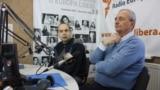 Cornel Ciurea (stânga) şi Arcadie Barbăroşie, în studioul Europei Libere