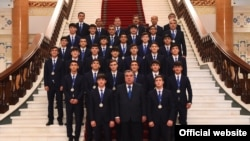 Президент Таджикистана Эмомали Рахмон c футболистами юношеской сборной страны. 11 октября 2018 года
