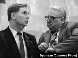 Знаменитые советские хоккейные тренеры Виктор Тихонов (слева) и Анатолий Тарасов