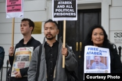 Supporters of Aron Atabek, including his son, Askar Aidarkhan (center), and wife, Zhainagul Aidarkhan, picket in front of the Kazakh Embassy in London in October 2012.