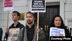 Жена Арона Атабека Жайнагуль Айдархан (справа) и их сын Аскар Айдархан (в центре) участвуют в пикете перед посольством Казахстана в Лондоне. 5 октября 2012 года.