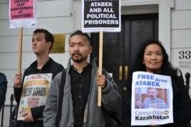 Акция в поддержку политзаключенного Арона Атабека в Лондоне. Справа - его жена Жайнагуль Айдархан, в центре - их сын Аскар Айдархан. 5 октября 2012 года.