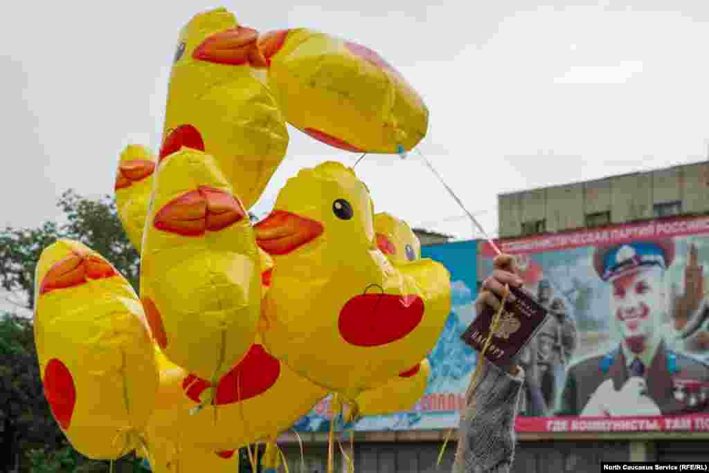 Все с удовольствием махали уточками - правда, те вскоре намокли под дождем и перестали летать.