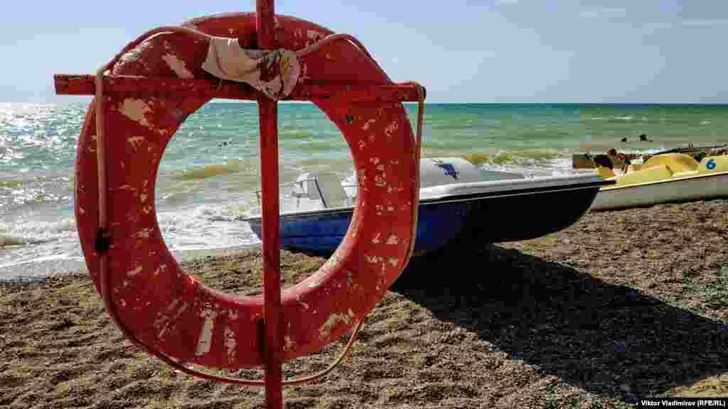 На пляжі є кілька катамаранів