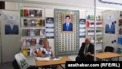 Türkmenistanda geçirilen kitap sergisinden bir görnüş. 2012 ý.